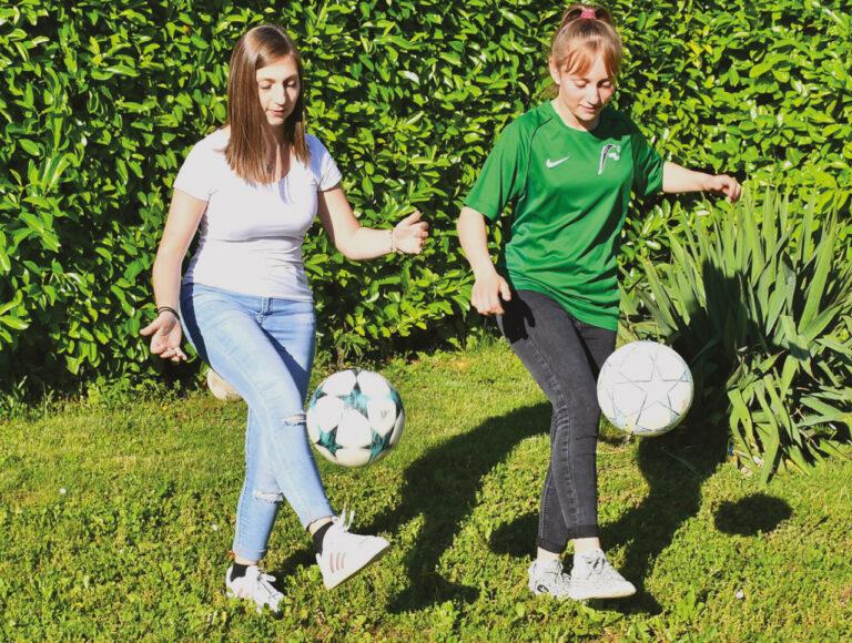 La passion au féminin : Pauline et Caroline adorent le football